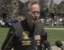 George Bush tatăl la 85 de ani. Fostul preşedinte şi-a sărbătorit ziua de naştere printr-un salt cu paraşuta (VIDEO)