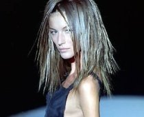 Manechinele anorexice, în centrul atenţiei. Designerii, criticaţi pentru că fabrică haine prea mici