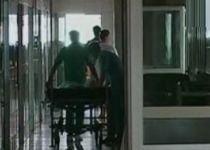 Medicul care i-a fracturat piciorul unui bebeluş la naştere a uitat acum pansamentele într-o pacientă