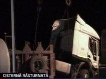 Pericol de explozie. O cisternă cu 20 de tone de benzină s-a răsturnat lângă Buzău