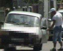 Hoţie, în familie. Un bărbat, concubina şi fetiţa lor de 4 ani, filmaţi în timp ce furau din maşini (VIDEO)