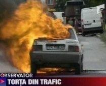 Timişoara. O maşină arde în drum şi nimeni nu îl ajută pe proprietar să stingă focul (VIDEO)