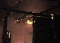 Incendiu puternic, în Bistriţa, soldat cu un rănit şi două case distruse