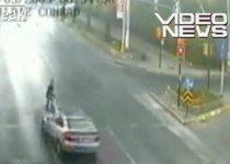 Imagini şocante: Pieton lovit de o maşină care a trecut pe roşu (VIDEO)