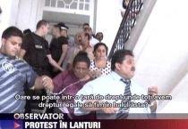 Mai mulţi rromi s-au legat cu lanţuri la primăria din Timişoara, susţinând că sunt discriminaţi (VIDEO)
