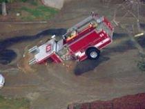 Los Angeles. O maşină de pompieri de jumătate de milion de dolari a căzut într-o gaură din şosea
