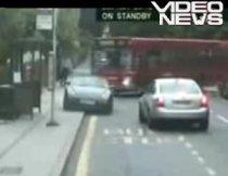 Maşină de lux făcută praf de un autobuz (VIDEO)
