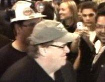 Michael Moore, intrare spectaculoasă la premiera celui mai recent documentar al său (VIDEO)
