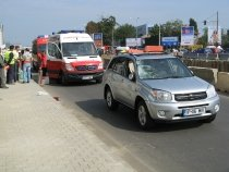 Pieton lovit de un autoturism de teren, după ce s-a dezechilibrat şi a căzut în faţa maşinii (FOTO)