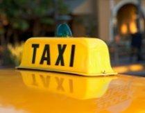 Un taxi a intrat în stâlpul unei bariere din Mamaia. Două persoane au fost rănite