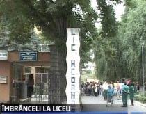 Elevii de la un liceu din Craiova, protest în stradă faţă de demiterea directorului (VIDEO)