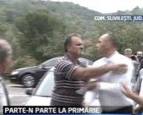 Şedinţă cu pumni: Primarul şi un consilier local dintr-o comună gorjeană s-au luat la bătaie (VIDEO)