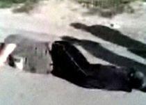 Şi cu oase rupte şi cu dosar penal: Trei hoţi au sărit de la etaj după ce au fost prinşi la furat (VIDEO)