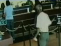 Hoţ începător, bătut de un client într-o bancă din SUA (VIDEO)
