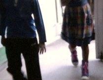 Fetiţă jefuită în scara blocului. Infractorul a fost prins, după ce s-a întors la locul faptei (VIDEO)