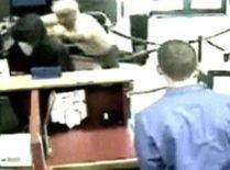 Jaf eşuat la o bancă din Milwaukee, după ce hoţul a fost bătut de un client (VIDEO)