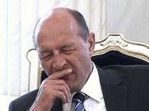 """Traian Băsescu, surprins """"moţăind"""" la prezentarea unui raport (VIDEO)"""