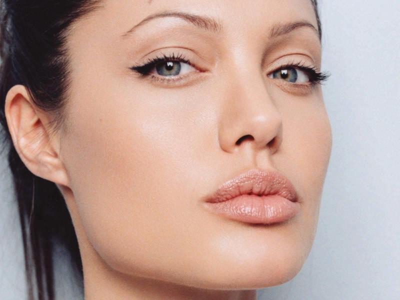 Angelina Jolie NU mai vine în România