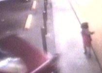 La un pas de a fi strivită: O fetiţă din SUA scapă ca prin minune dintr-un accident auto (VIDEO)