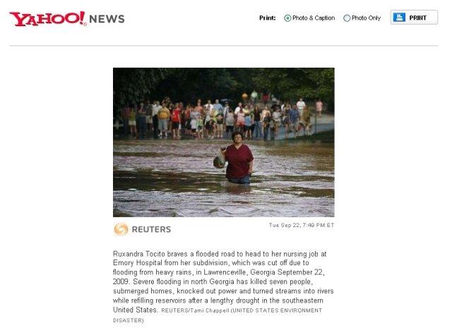 Curaj de român, în SUA: O femeie trece impasibilă prin apă pentru a ajunge la muncă (FOTO)