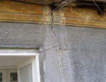Constanţa. Pereţii unei case s-au prăbuşit din cauza unei fundaţii săpate în apropiere