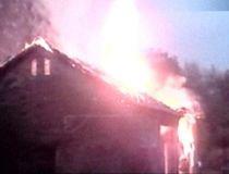 La un pas de tragedie. Incendiu în pericol să se extindă, din cauza pompierilor neexperimentaţi (VIDEO)