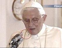 Papa Benedict al XVI-lea, deranjat de un păianjen în timpul unui discurs în Cehia (VIDEO)