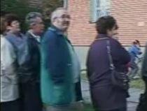 Bătrâni, bolnavi sau şomeri, la cozi interminabile pentru ajutoarele de încălzire (VIDEO)