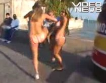 Lovitură sub centură: O blondă loveşte un reporter între picioare (VIDEO)