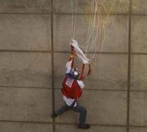 Pakistan. Un rus care a încercat să sară cu paraşuta de pe o clădire, a rămas agăţat de o grindă