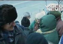 Zeci de oameni s-au înghesuit la Casa de Pensii din Piteşti pentru bilete de tratament (VIDEO)
