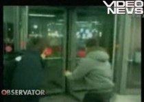 Nu-i de glumă cu uşa rotativă: Un rus, lovit în timpul unui joc - VIDEO