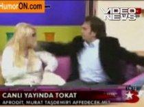 Blondă pocnită în direct: Un bărbat a pălmuit o femeie în timpul unei emisiuni ? VIDEO
