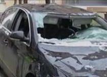Atenţie unde îţi laşi maşina! Cad bucăţi de gheaţă de pe bloc (VIDEO)