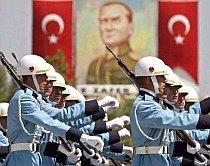 Turcia. Tensiune guvern - armată după arestarea unor ofiţeri