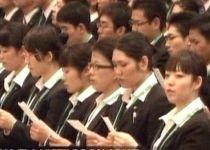 Ritualul angajării la japonezi ţine o zi întreagă. Se recită imnul firmei şi se fac jurăminte de loialitate (VIDEO)