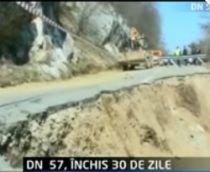 Traficul pe DN57 este blocat după o alunecare de teren