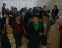 Scandal pe holurile Senatului: Zeci de pensionari, nemulţumiţi că nu au fost lăsaţi să intre în sală (VIDEO)