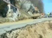 Alunecări de teren în comuna gorjeană Fărcăşeşti. Opt familii ar putea rămâne fără case (VIDEO)