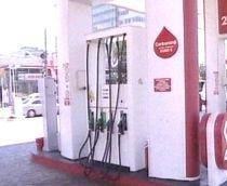 Benzina şi motorina s-ar putea scumpi din nou din cauza scăderii leului