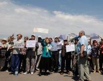 Pensionarii se alătură protestelor prin pichete şi prezenţă la lanţul uman de la Parlament (VIDEO)