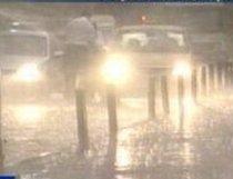 Circulaţie îngreunată pe A1, din cauza ploii torenţiale şi a vântului puternic