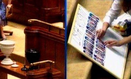 """Incidente la moţiune: Opoziţia a făcut """"Lista ruşinii"""", în balcon s-au certat doi protestatari (VIDEO)"""