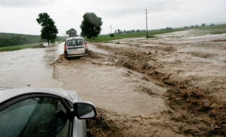 Inundaţii devastatoare: Sute de oameni izolaţi, locuinţe evacuate, trafic blocat (VIDEO)