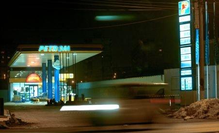 Noapte grea pentru angajaţii din magazine şi benzinării. S-a muncit pentru modificarea preţurilor
