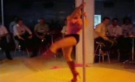Berlusconi a angajat şase stripteuze pentru distracţie în hotel (VIDEO)