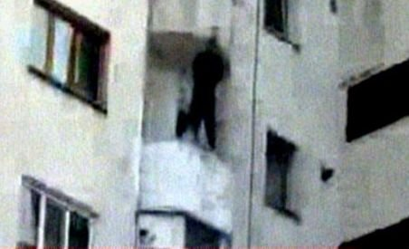 Imagini şocante. Un bărbat a murit după ce s-a aruncat de la etajul şase (VIDEO)