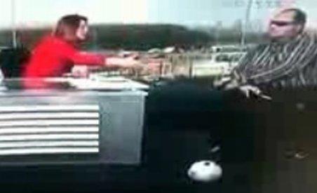 O prezentatoare a vrut să dea mâna cu un orb, în direct (VIDEO)