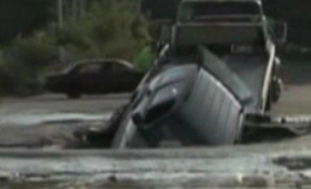 O femeie din SUA, cât pe ce să se înece în mijlocul unei şosele (VIDEO)