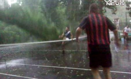 Copac doborât de furtună pe teren în timp ce câţiva tineri jucau tenis (VIDEO)
